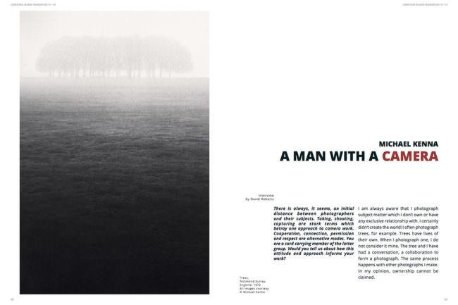 Ansicht einer Magazindoppelseite mit einer Nebellandschaft links und Text rechts.