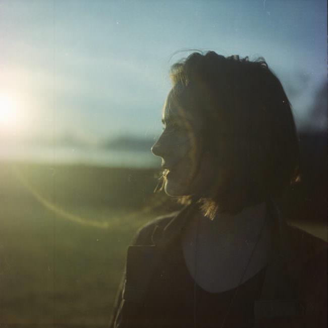 Portrait einer Frau im Gegenlicht.