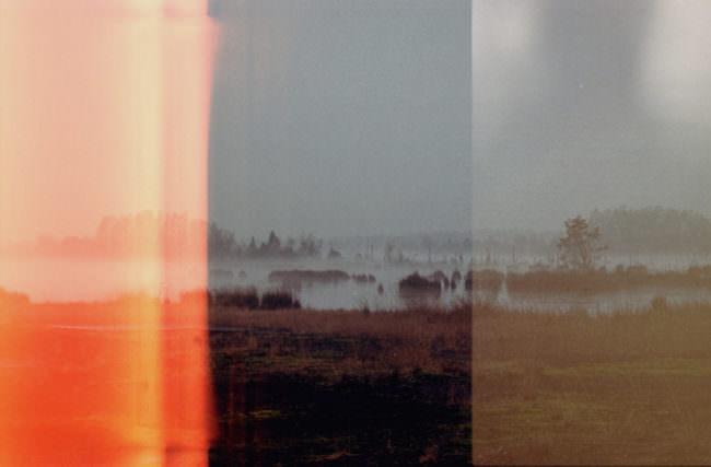 Eine Landschaft auf Film fotografiert mit Lichtstreifen auf dem Bild.