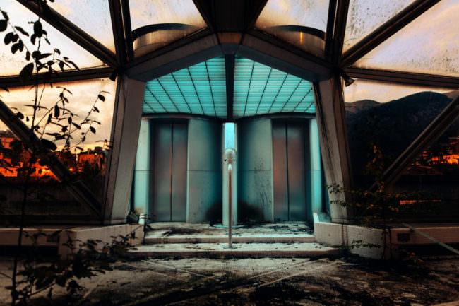 Der heruntergekommene Eingang eines verlassenen Gebäudes.