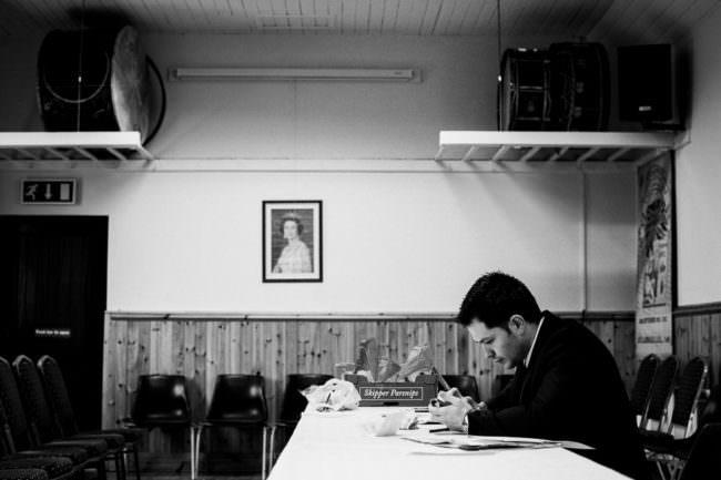 Ein Mann an einem Schreibtisch