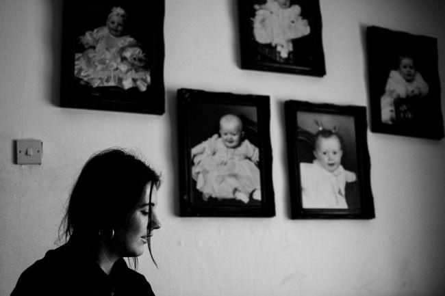 Eine Frau mit Kinderbildern an der Wand