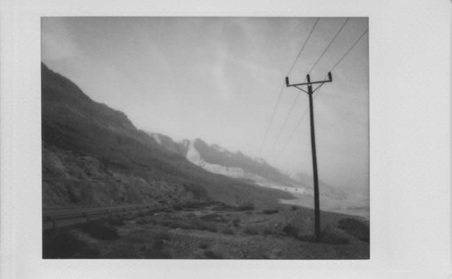 Ein Strommast in bergiger Landschaft