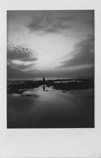 Silhouette einer Person in Küstenlandschaft