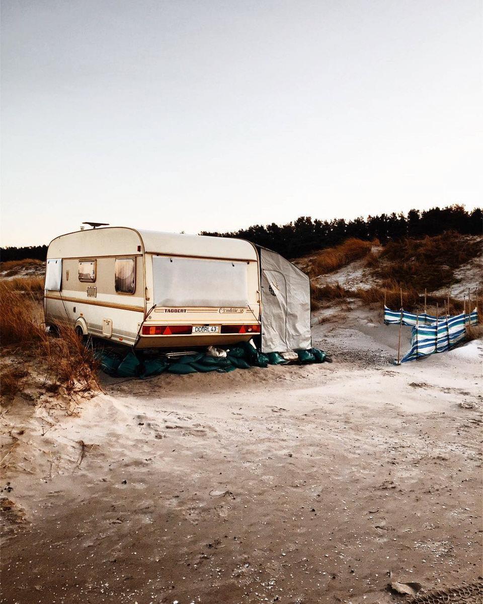 Ein Wohnwagen in karger Landschaft