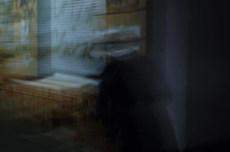 Verschwommene Schemen einer Person bei Nacht