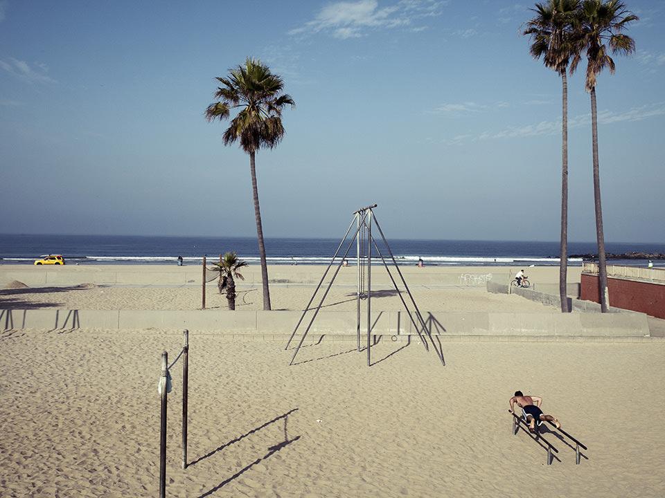 Blick auf einen Strand mit Sportgeräten.