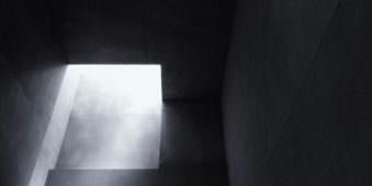Minimalistische Aufnahme von Licht, das in einen dunklen Raum fällt