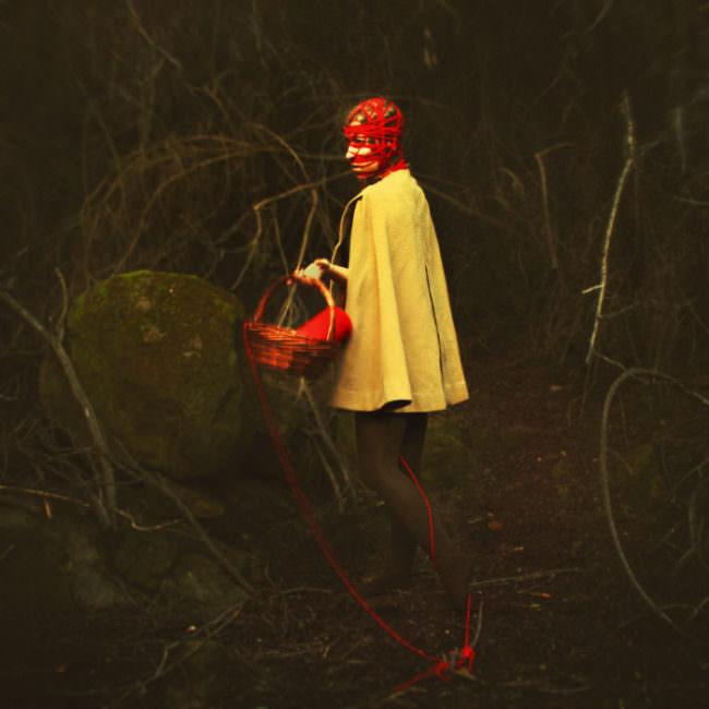 Eine Person mit rotem Garn auf dem Kopf