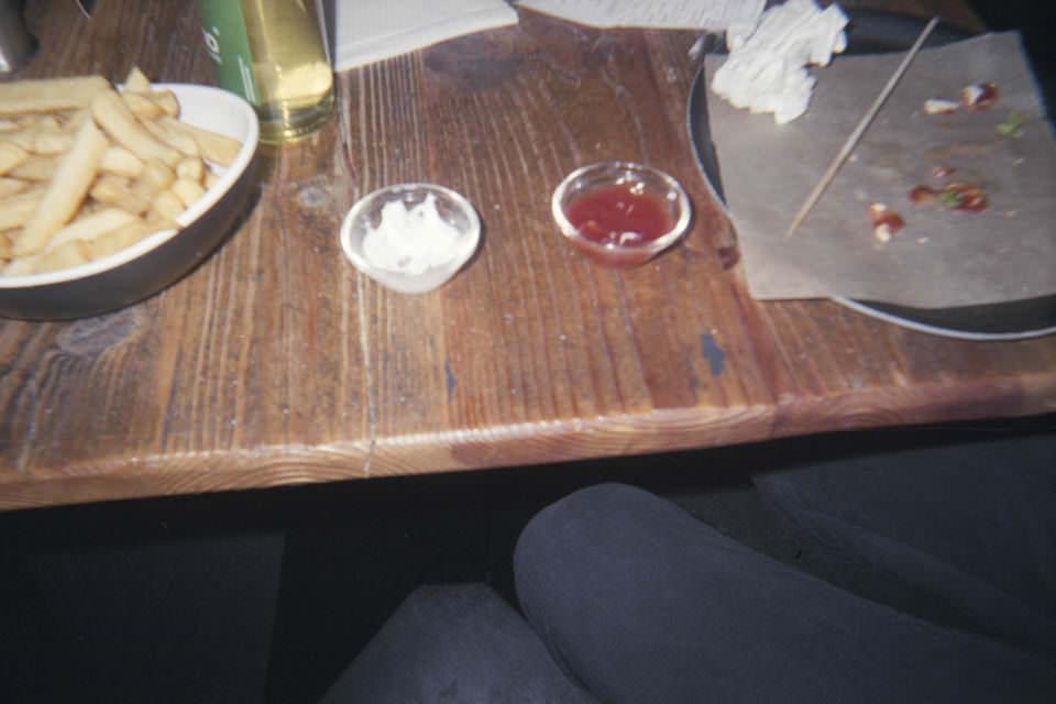 Essen auf einem Holztisch