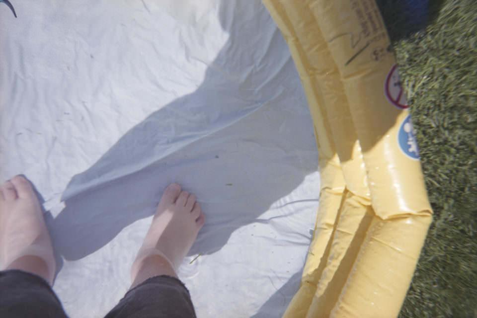 Nackte Füße in einem Pool