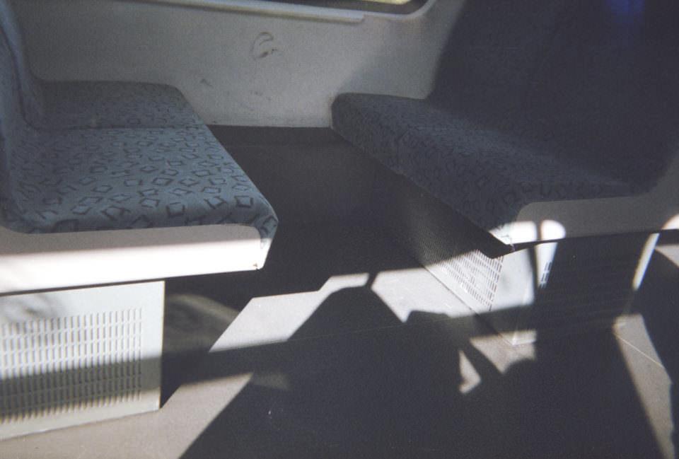 Sitzbänke in einer Bahn