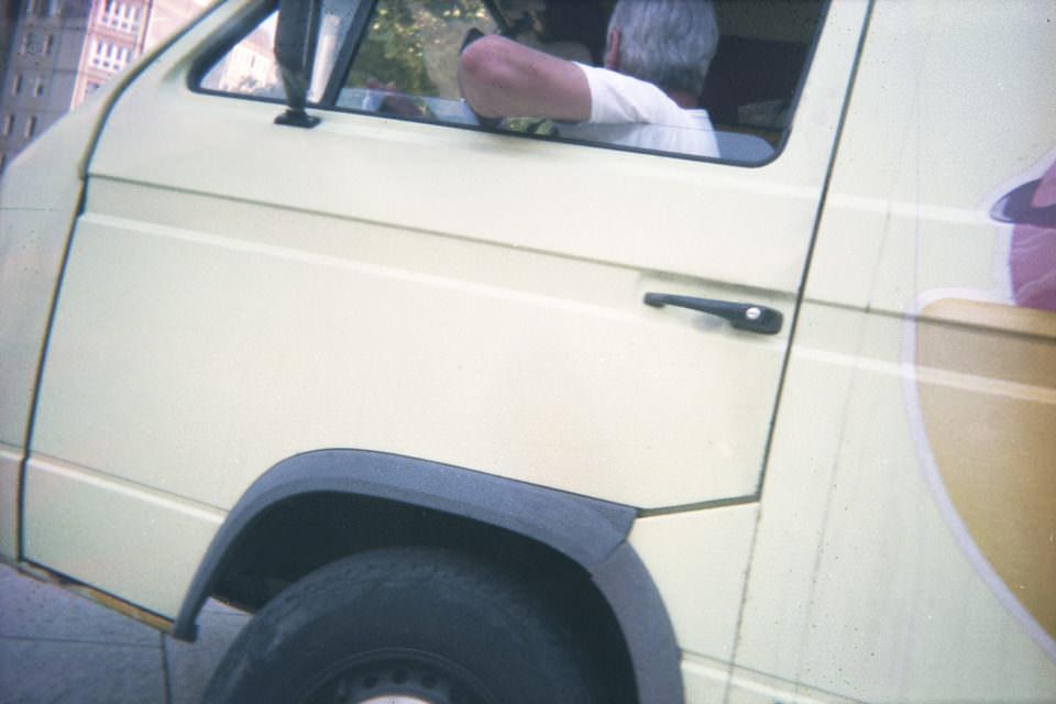 Mann in einem Auto