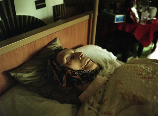 Eine Frau im Bett