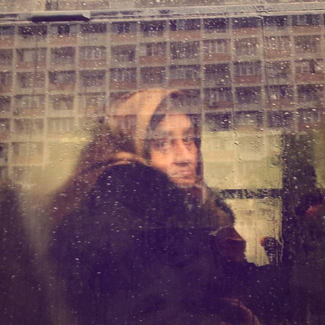 Eine Frau am Fenster