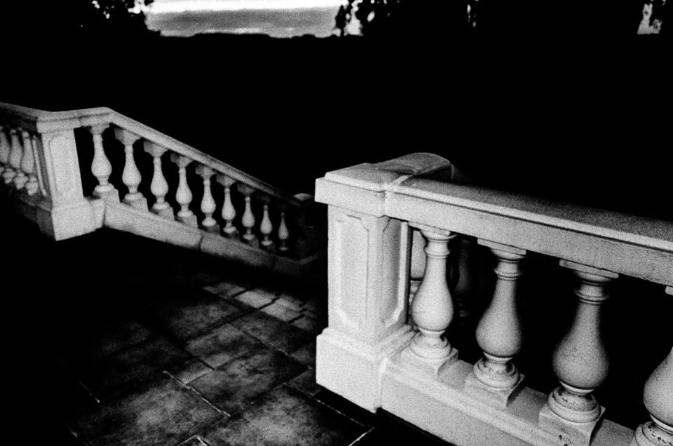 Ein Geländer im Dunkeln.