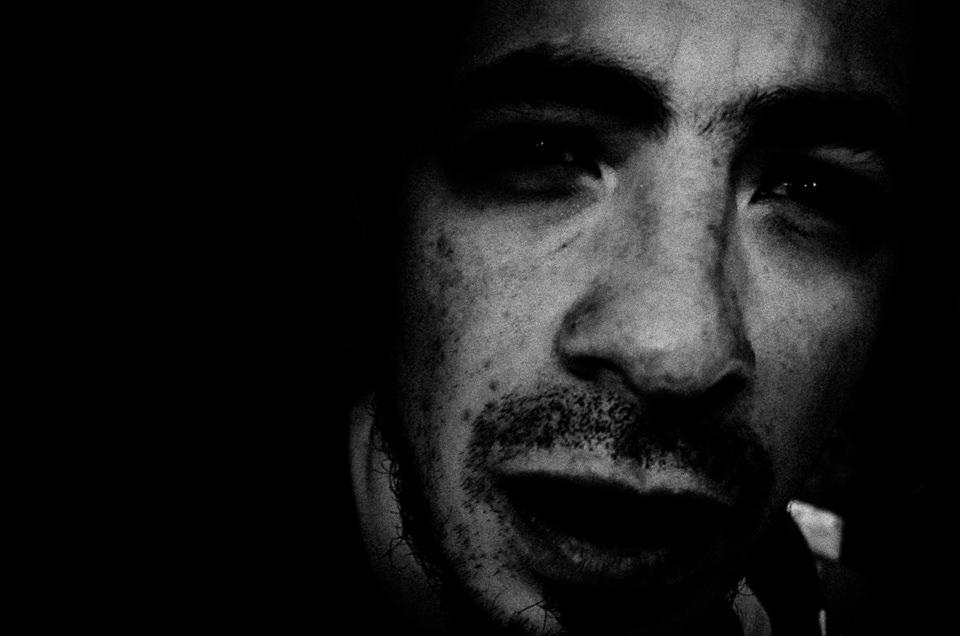 Das Gesicht eines Mannes in der Nacht.