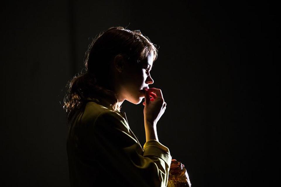 Profil eines Kindes, das in einem dunklen Raum von vorne beleuchtet wird