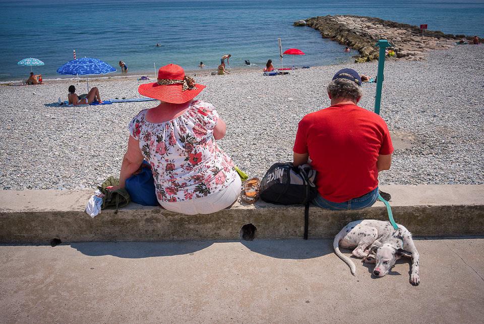 Zwei Menschen auf einer Steinmauer