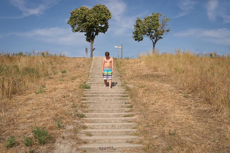 Ein Mann geht die Treppe hinunter