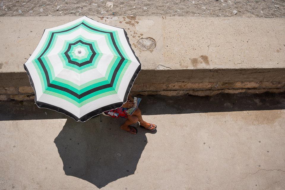 Eine Frau unter einem Sonnenschirm