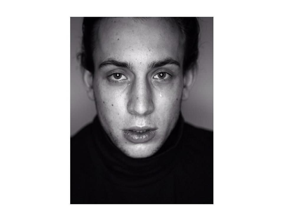 Schwarzweißes Portrait eines jungen Mannes, der weint