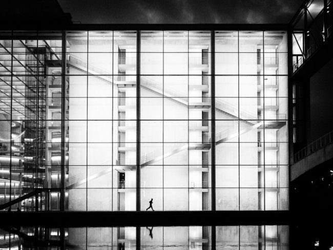 Ein hell erleuchtetes Gebäude mit Fußgänger