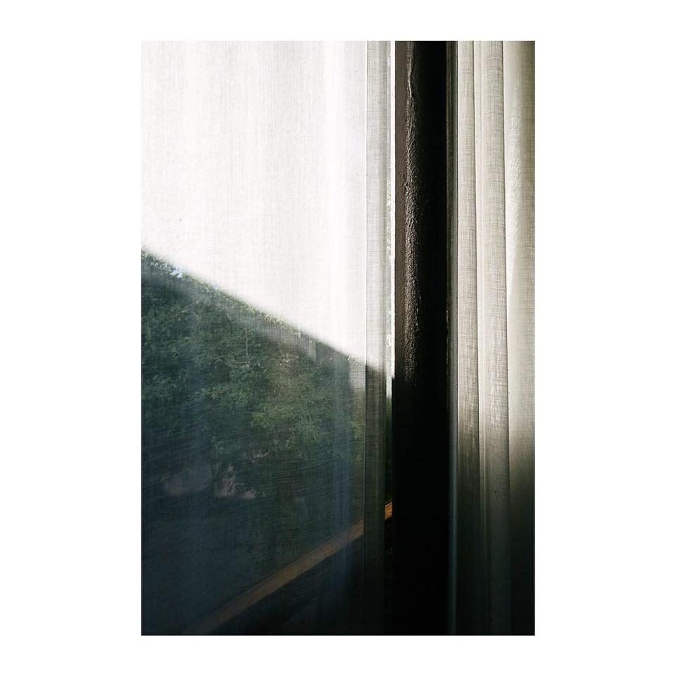 Minimalistische Aufnahme eines Fensters mit Vorhang