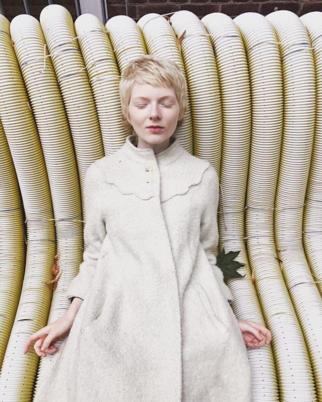Eine Frau im weißen Mantel auf Schläuchen
