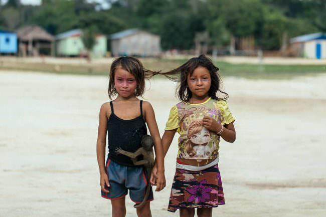 Zwei Mädchen an den Haaren zusammengebunden