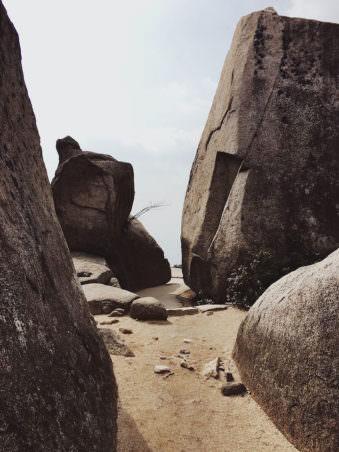 Ein Gang zwischen braunen Felsen.