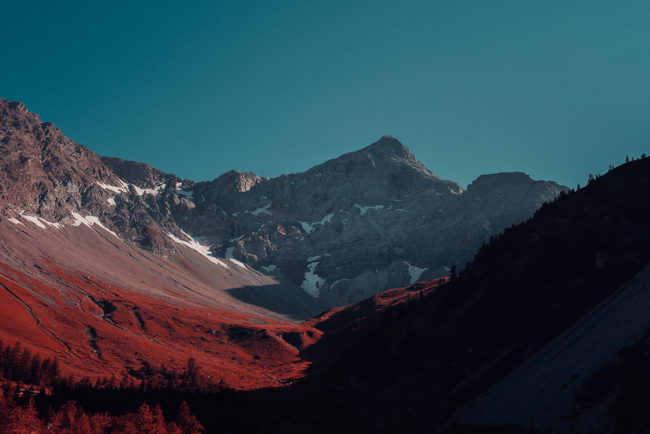 Bergpanorama, in dem die Farbe grün durch rot ersetzt wurde.
