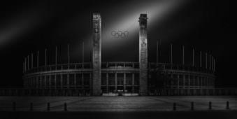 Ein Schwarzweissbild eines Olympiastadions.
