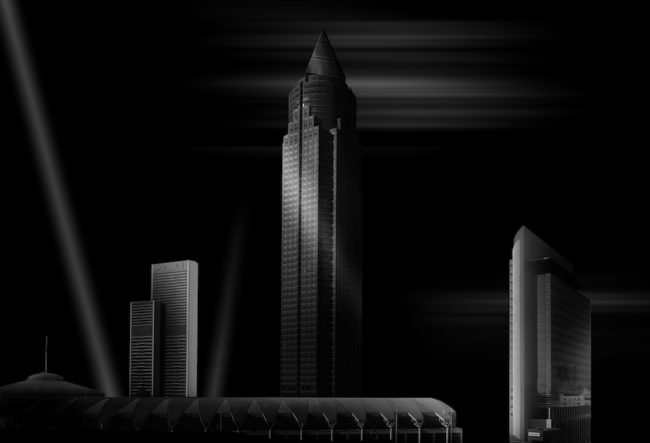 Schwarzweissbild einer Skyline mit mehreren Wolkenkratzern.