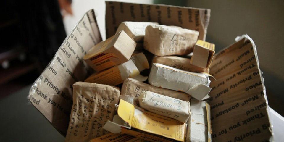 Filrmollen die gerade aus einem Karton ausgepackt werden.