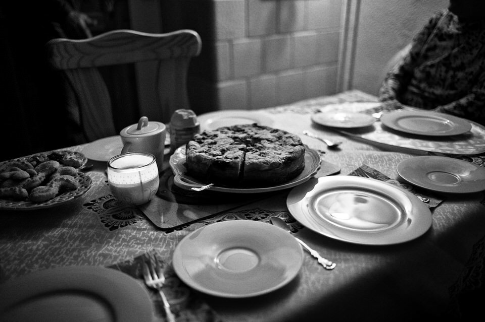 Ein Kuchen steht an gedecktem Tisch