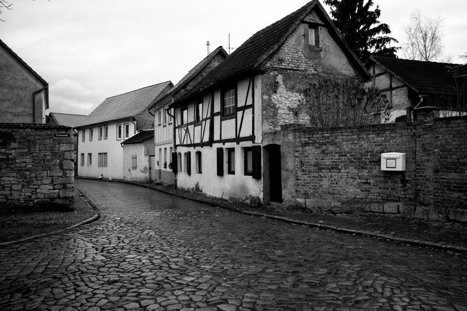 Eine leere Straße mit Fachwerkhäusern