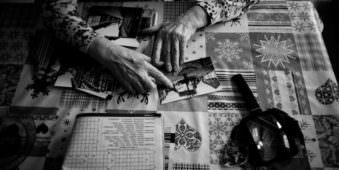 Zwei Hände und einige Bilder auf einem Tisch