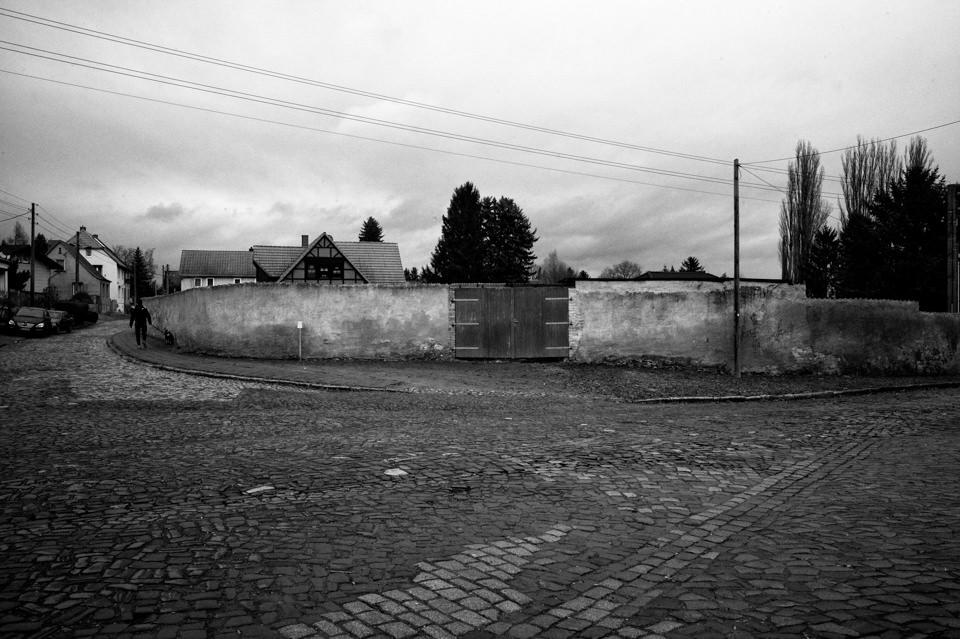 Eine Mauer vor einer leeren Straße