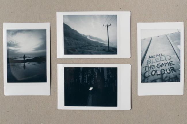 Vier Instax Bilder auf einem Papieruntergrund