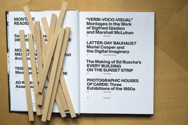 Ansicht eines aufgeschlagenen Buches mit Text und darauf liegenden Holzstäben.