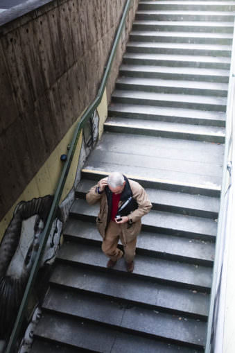 Eine Person geht eine Treppe herunter.