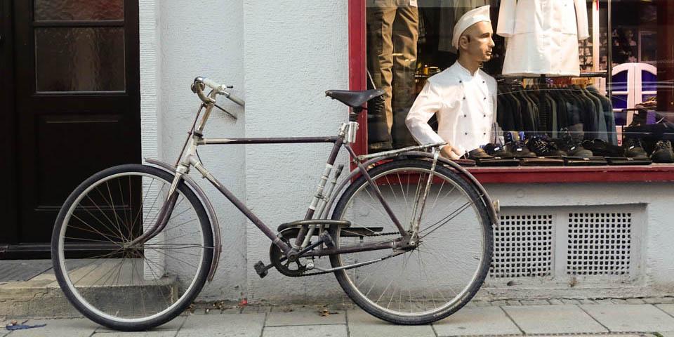 Ein Fahrrad vor lehnt an einem Fenster.