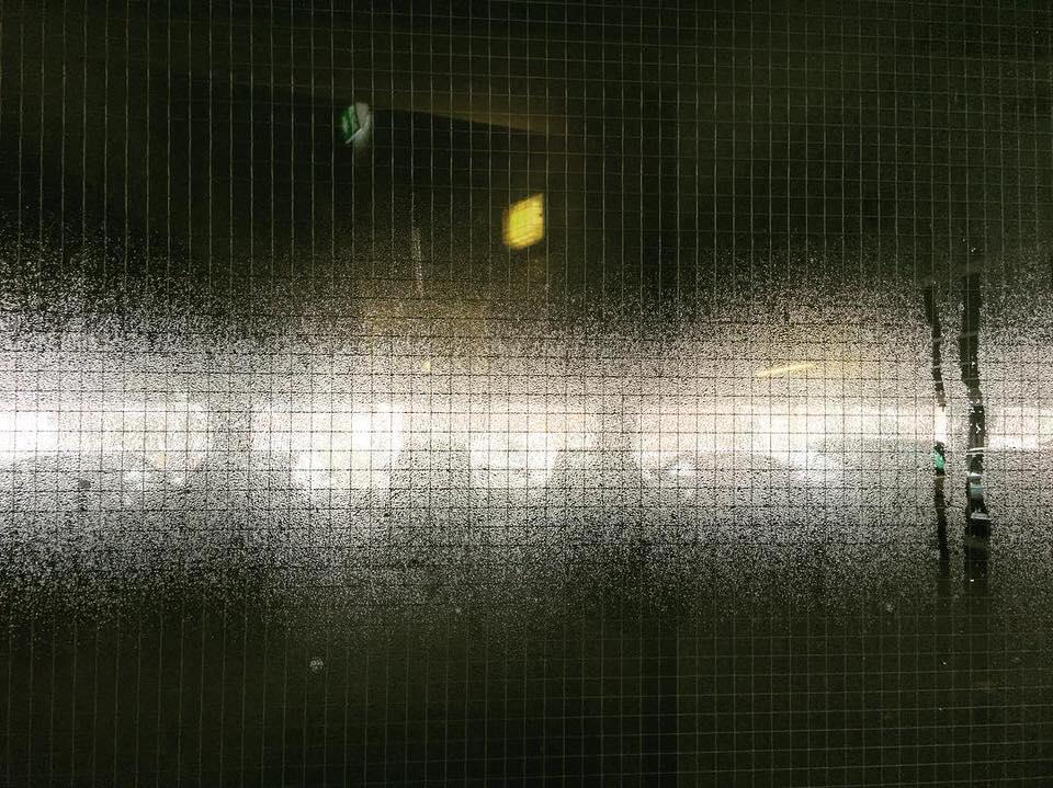 Blick durch eine beschlagene Glasscheibe auf Schemen, die dahinter liegen.