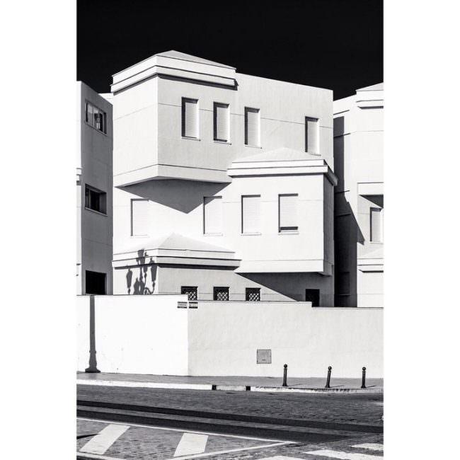 Weiße Gebäude die wie Spielsteine aufeinander liegen zu scheinen.