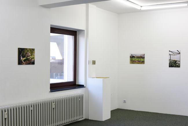 Ansicht eines Raumes mit Fenster und Bildern an der Wand.