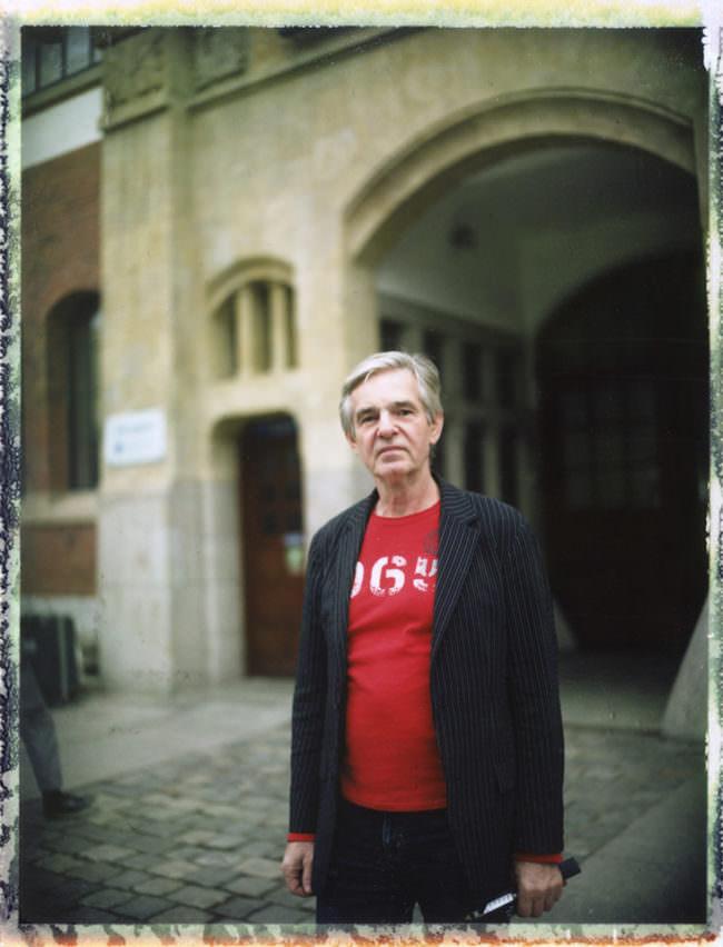 Portrait eines Mannes vor einem alten Gebäude