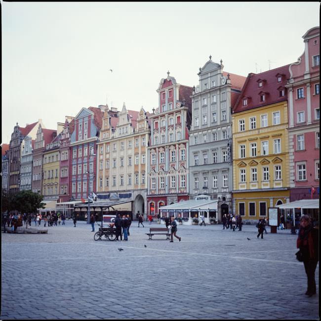 Ein Marktplatz und bunte Häuser.