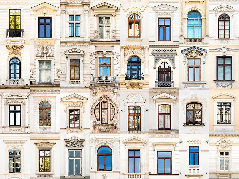 Fenster mit beigen Hauswänden