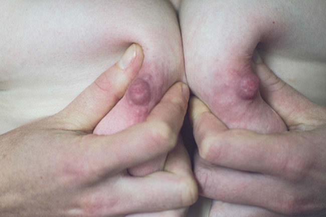 Brüste die zusammengedrückt werden